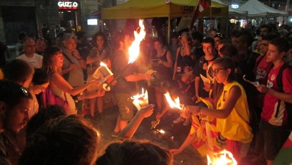 Manifestantes queman fotos de Felipe VI y páginas de la Constitución