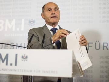 El ministro del Interior de Austria, Wolfgang Sobotka, anuncia en Viena el aplazamiento de la repetición de las elecciones presidenciales