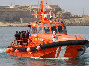 Imagen de archivo de un grupo de inmigrantes llegando al Puerto de Tarifa en la embarcación de Salvamento Marítimo.