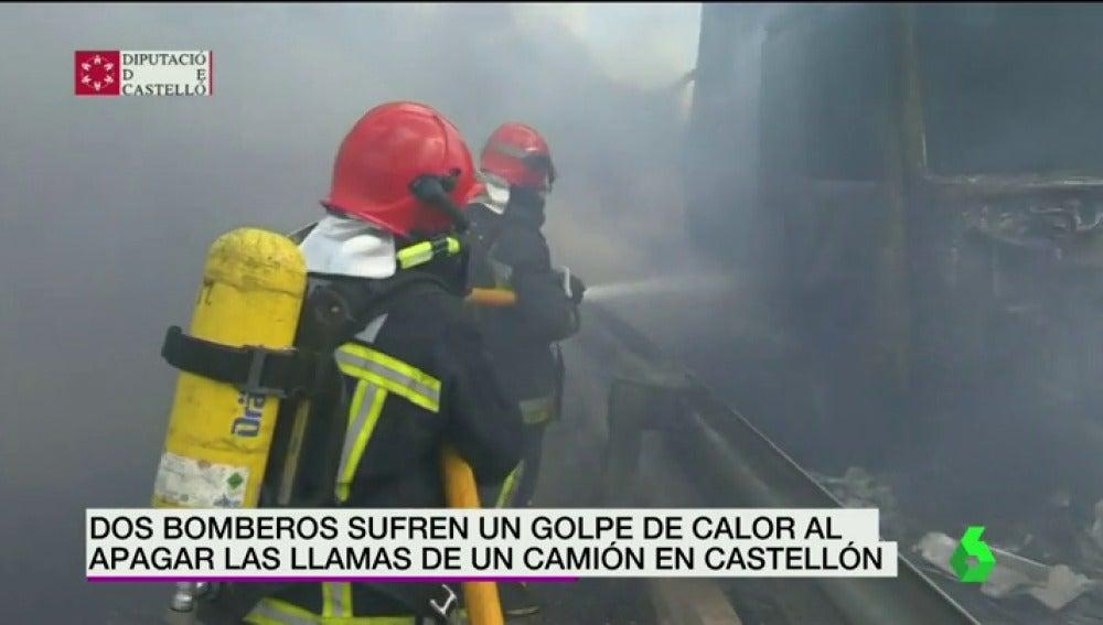 Frame 4.587692 de: Dos bomberos sufren un golpe de calor al apagar las llamas de un camión en Castellón