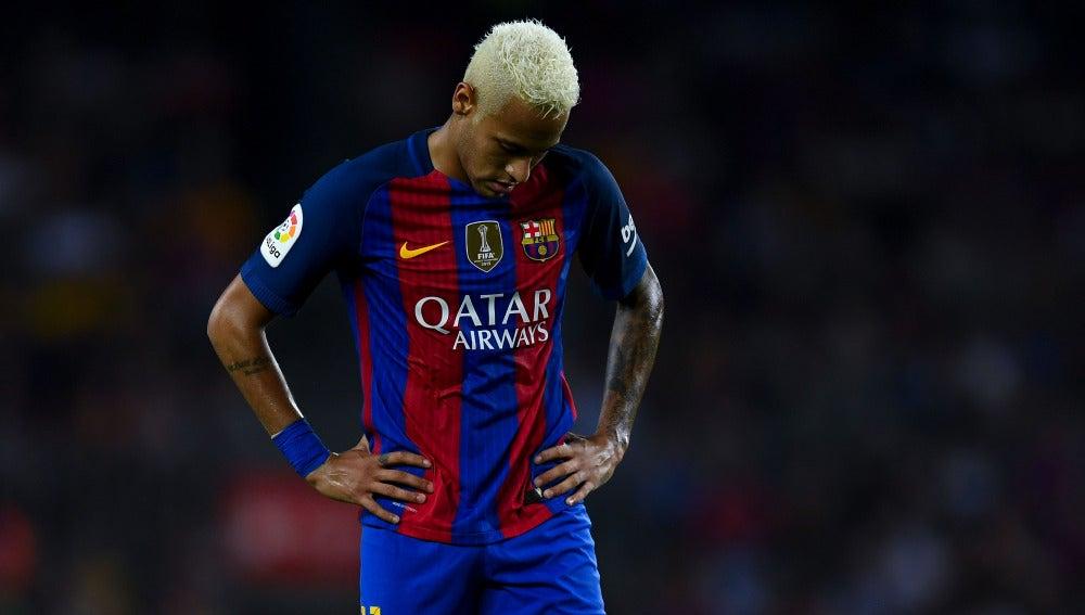 Neymar, cabizbajo tras la derrota ante el Alavés