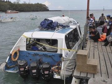 Policía de Indonesia investiga el barco turístico que ha explotado en el puerto de Padang Bai en el este de Bali, Indonesia