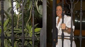 Rita Barberá a la salida de su domicilio