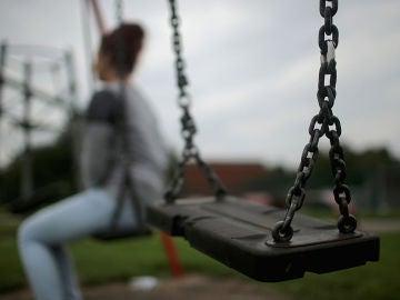 Adolescente en un parque infantil