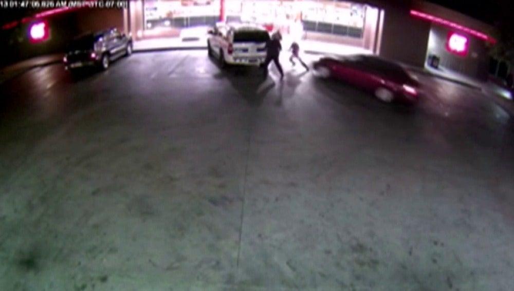 Frame 11.807312 de: Tres policías resultan heridos en un atropello intencionado en Arizona