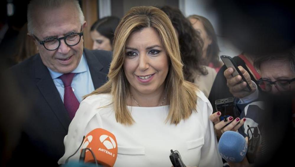 Susana Díaz ante la prensa.