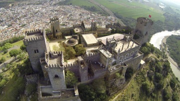 Vista aérea del Castillo de Almodóvar del Río, un fortín de origen musulmán ubicado en una colina junto al río Guadalquivir.