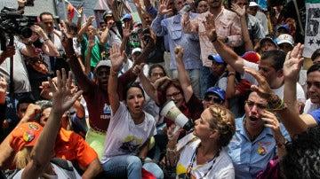 Manifestantes de la oposición venezolana piden un referéndum revocatorio contra Maduro