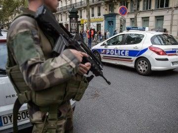 Un soldado francés vigila la zona colindante de la calle Saint-Denishe Sebastopol
