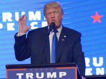 El candidato a la presidencia de los Estados Unidos por el partido republicano, Donald Trump en un evento de campaña en el James L. Knight Center en Miami