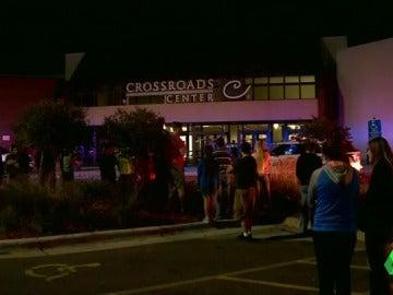 Frame 0.0 de: Abatido a tiros un hombre tras herir con arma blanca a ocho personas en un centro comercial de Minesota, EEUU