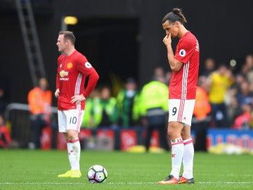 Rooney e Ibrahimovic se lamentan tras un gol del Watford