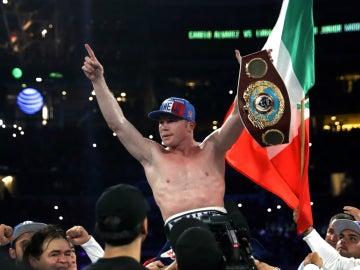 'Canelo' Álvarez celebra su cinturón