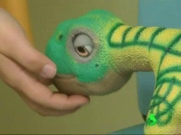 Frame 26.743773 de: Un dinosaurio robot: el nuevo amigo de los niños en un hospital de Barcelona antes de pasar por quirófano