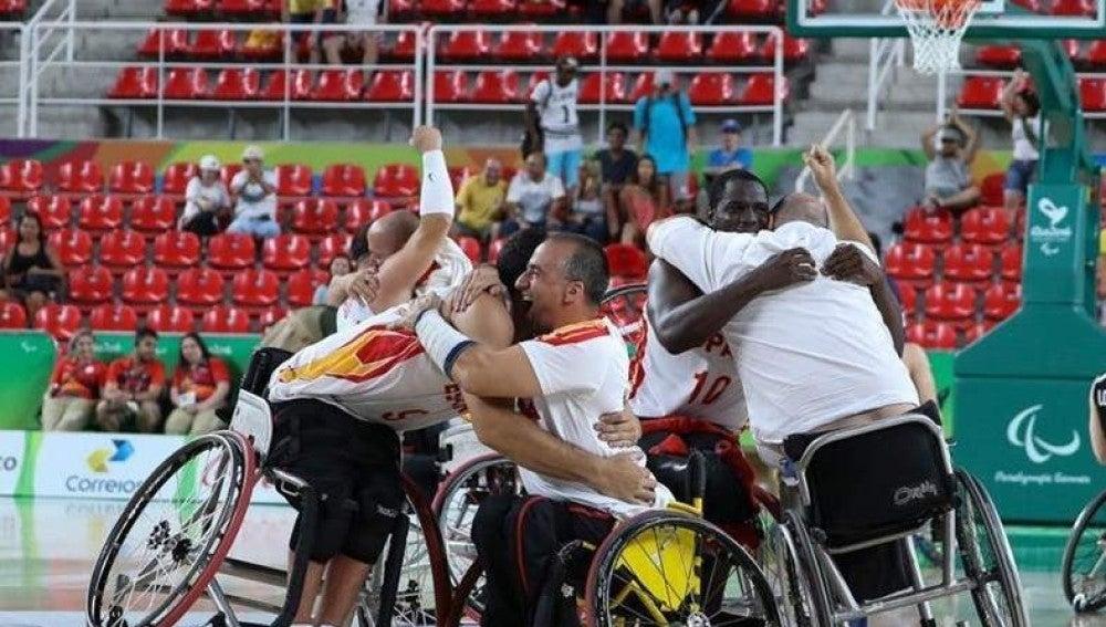 La selección española de baloncesto en silla de ruedas celebra su triunfo