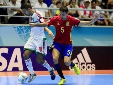 Aicardo disputa un balón con Soufiane El Mesrar