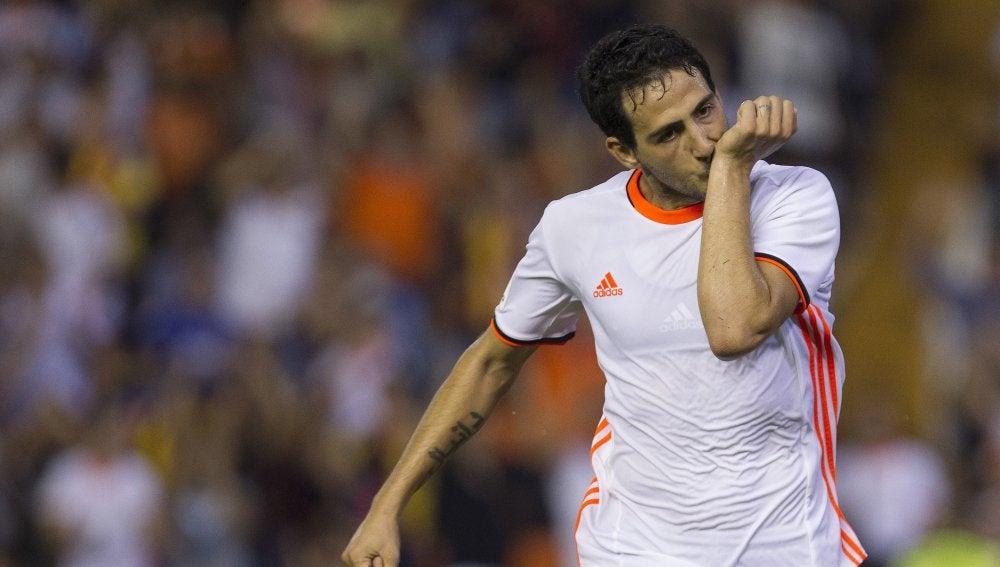 Dani Parejo celebrando el gol de la victoria con el Valencia CF