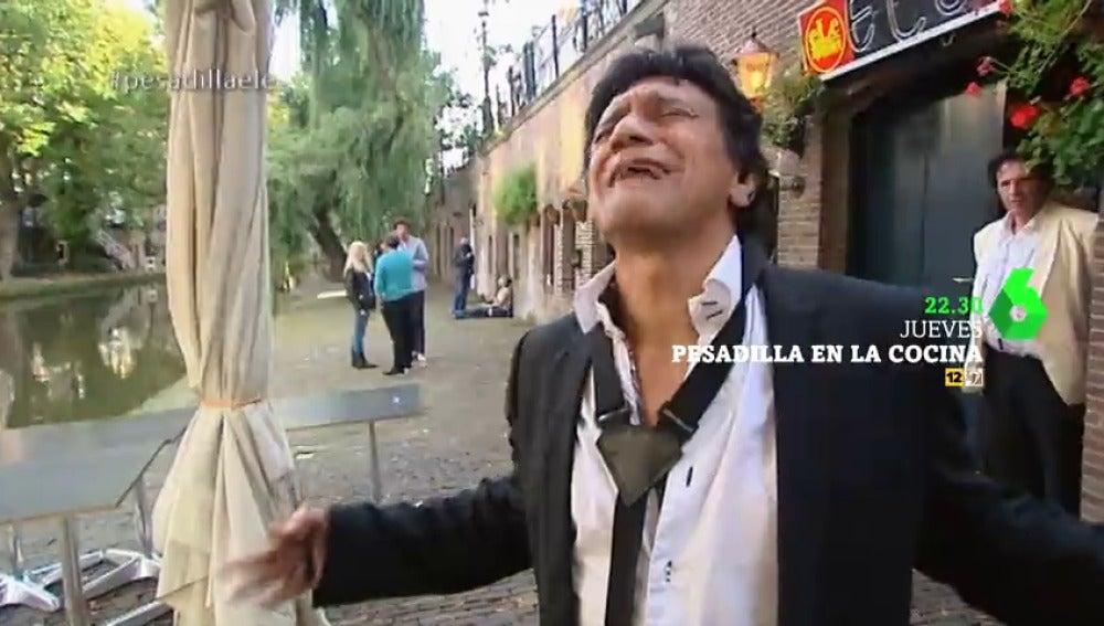 """Frame 11.608527 de:  Alberto Chicote tira a los canales la guitarra del dueño del restaurante: """"A tomar por culo"""""""