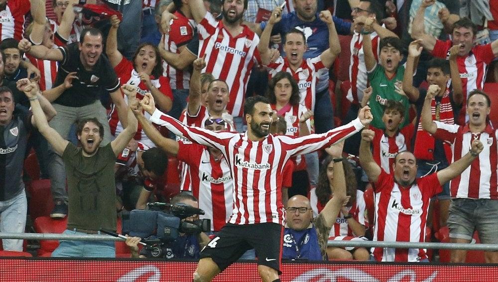 Balenziaga celebrando su primer gol como profesional ante el Sevilla