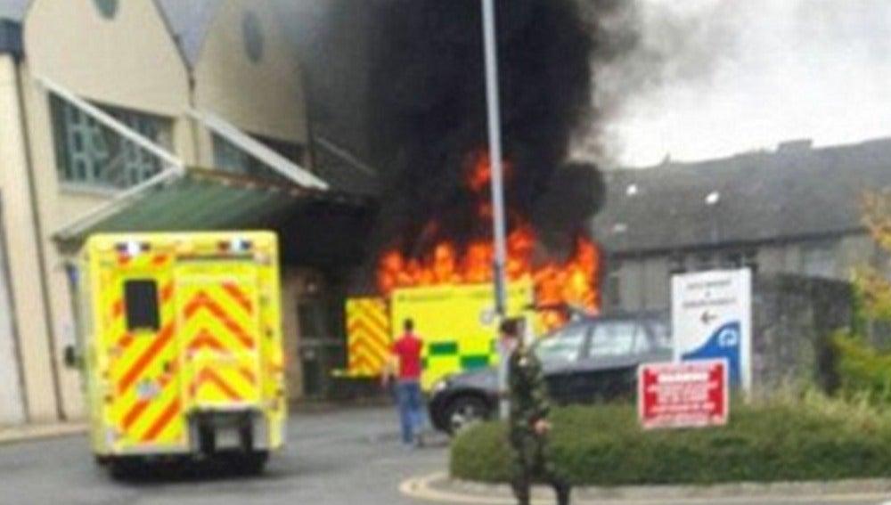 La ambulancia en llamas después de la explosión