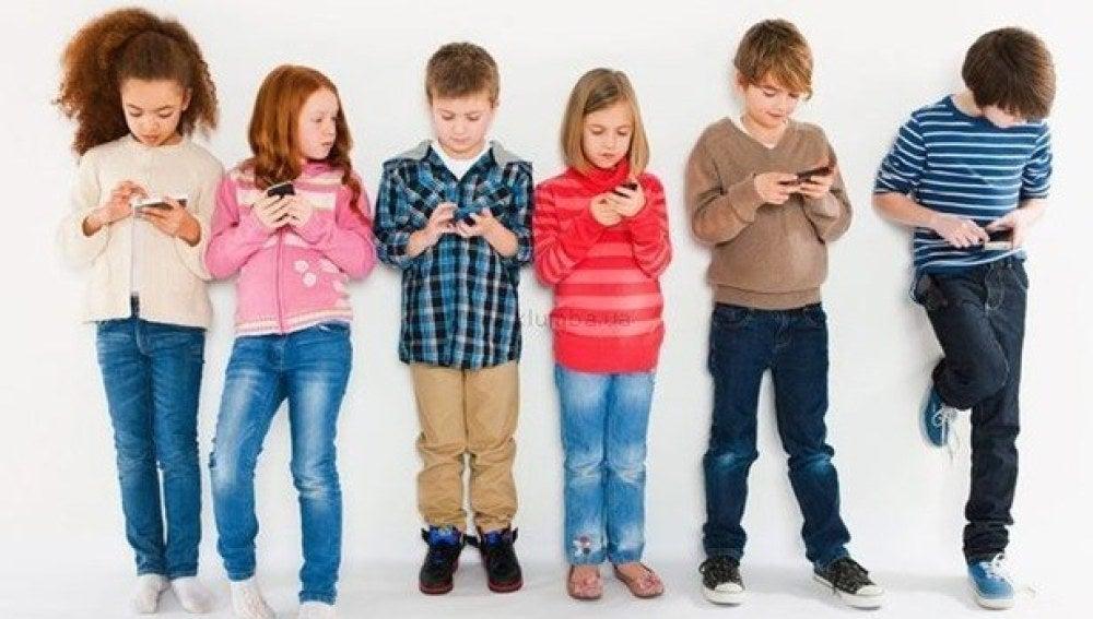 Niños con el móvil