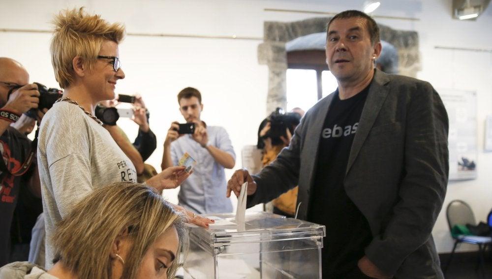 Arnaldo Otegi acude a votar en las elecciones vascas del 25S
