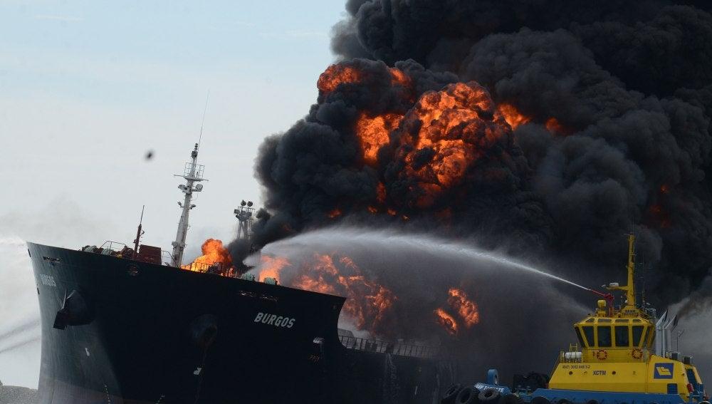 La embarcación de Pemex durante el incendio