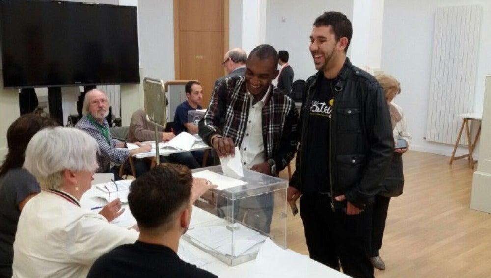 Óscar y Rodrigue han insertado juntos el voto en la urna