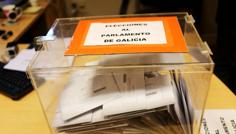 Urna en un colegio electoral de Galicia