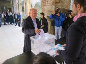 El candidato socialista a la Xunta de Galicia ejerciendo su derecho a voto