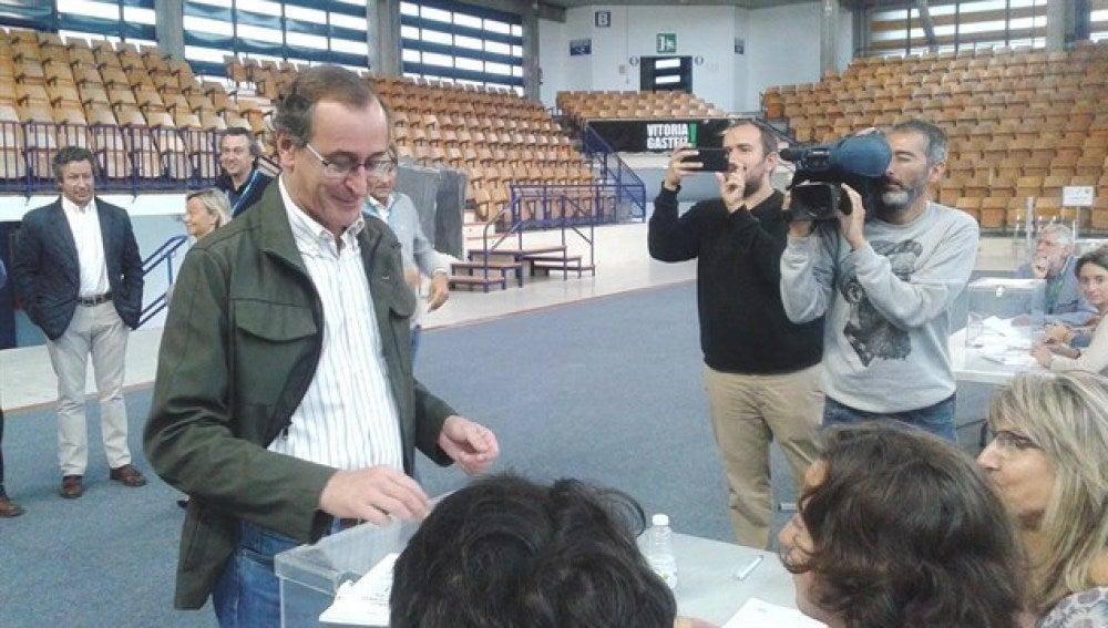 Alfonso Alonso ha acudido a la urnas y pide el voto de los ciudadanos