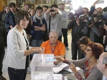 Ana Pontón emite su voto en Santiago de Compostela