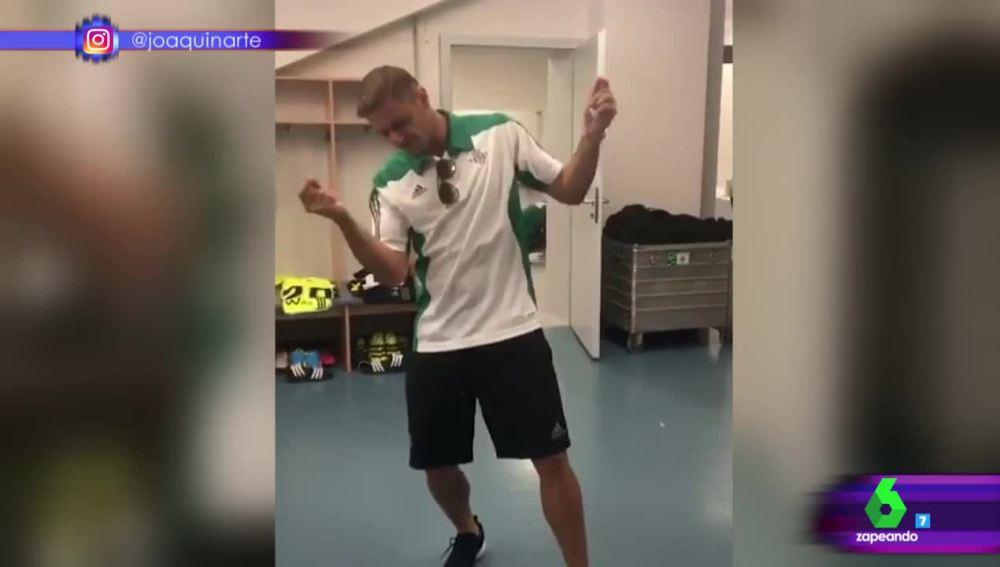 Joaquín baila reggaeton