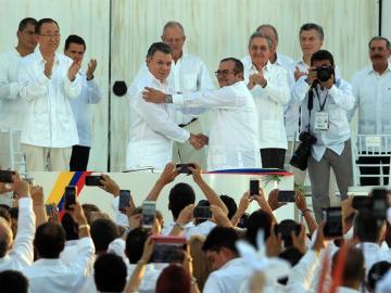 Santos y Timochenko firman la paz de Colombia