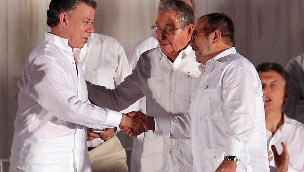 Santos y 'Timochenko' junto a Raúl Castro