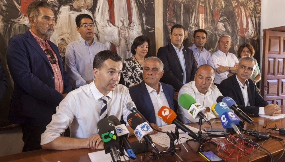 El alcalde de Granadilla de Abona, Jaime González Cejas (2i sentado) (PSOE), antes de una moción de censura presentada por Coalición Canaria y el Partido Popular