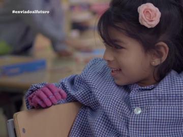 Una niña utiliza una mano funcional impresa en 3D