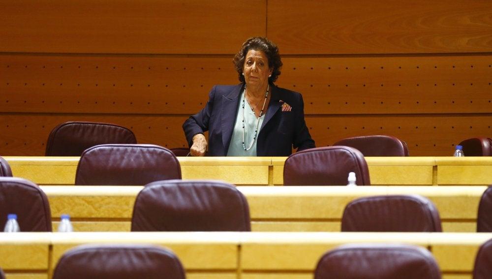 La senadora Rita Barberá junto a su escaño en el Grupo Mixto