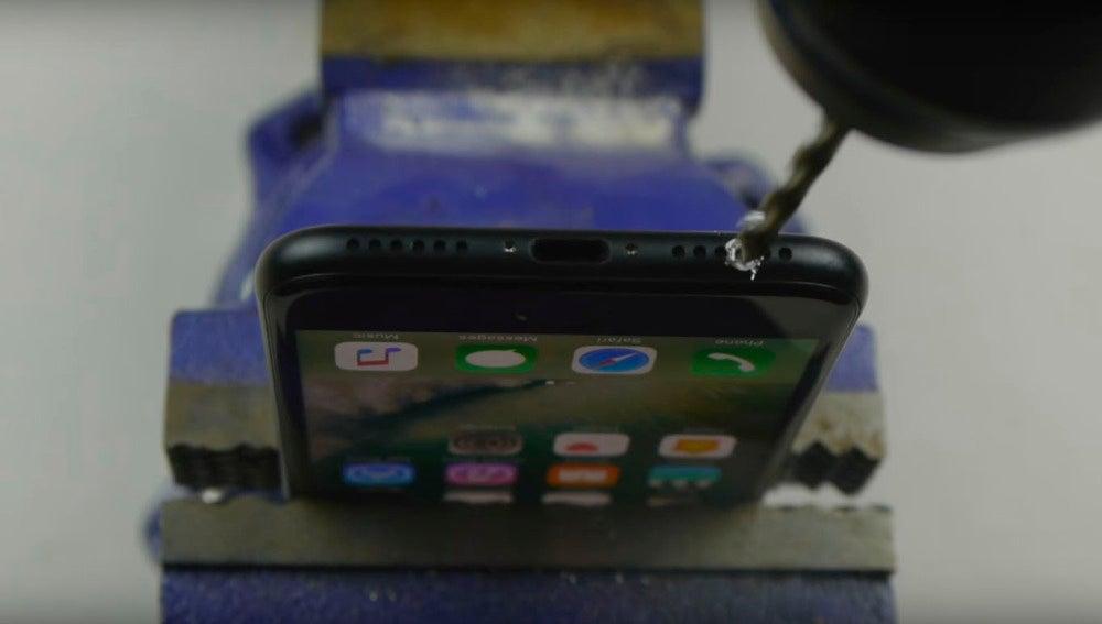 Vídeo que hace creer que taladrar el iPhone devolverá el cable jack al teléfono