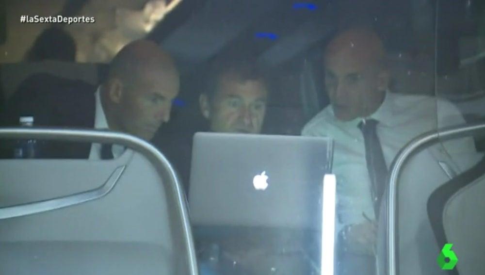 Zinedine Zidane viendo los goles del Dortmund en un portátil