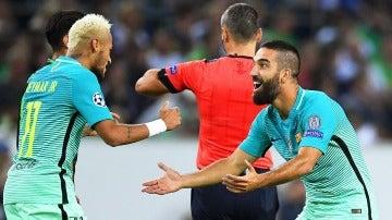 Neymar y Arda Turan celebran un gol