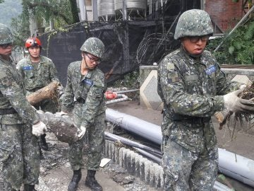 Soldados chinos en tareas de limpieza