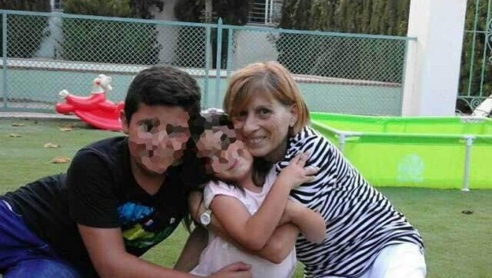 Maruja Cuenca con sus nietos