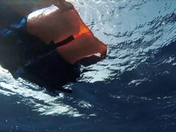 Chaleco salvavidas flotando en el mar