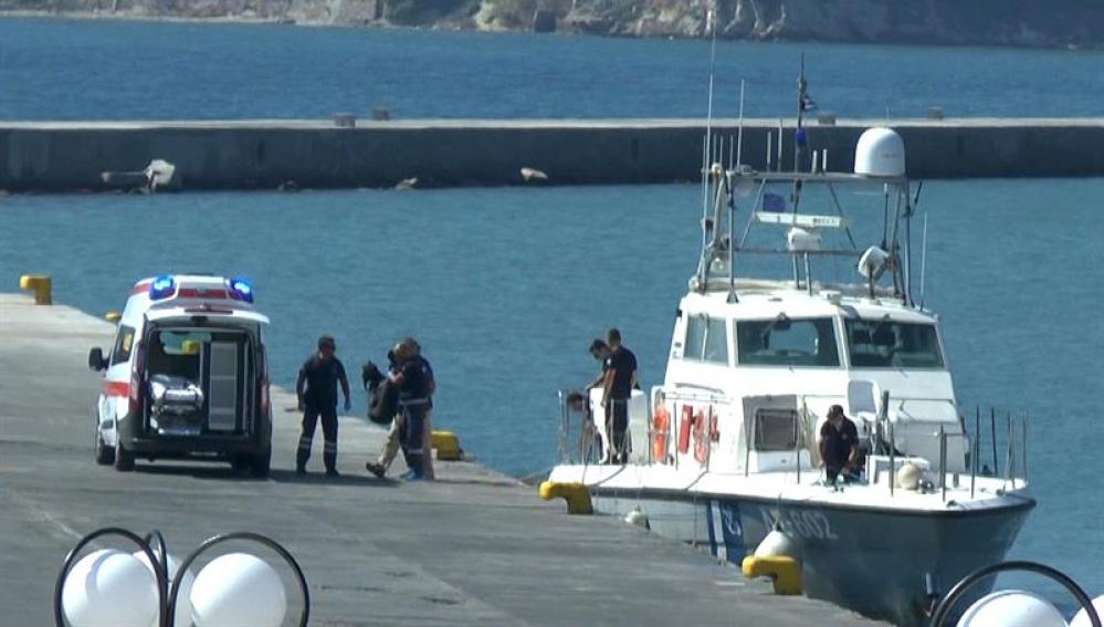Varios médicos trasladan los cuerpos de unos inmigrantes indocumentados en el puerto de la isla de Lesbos