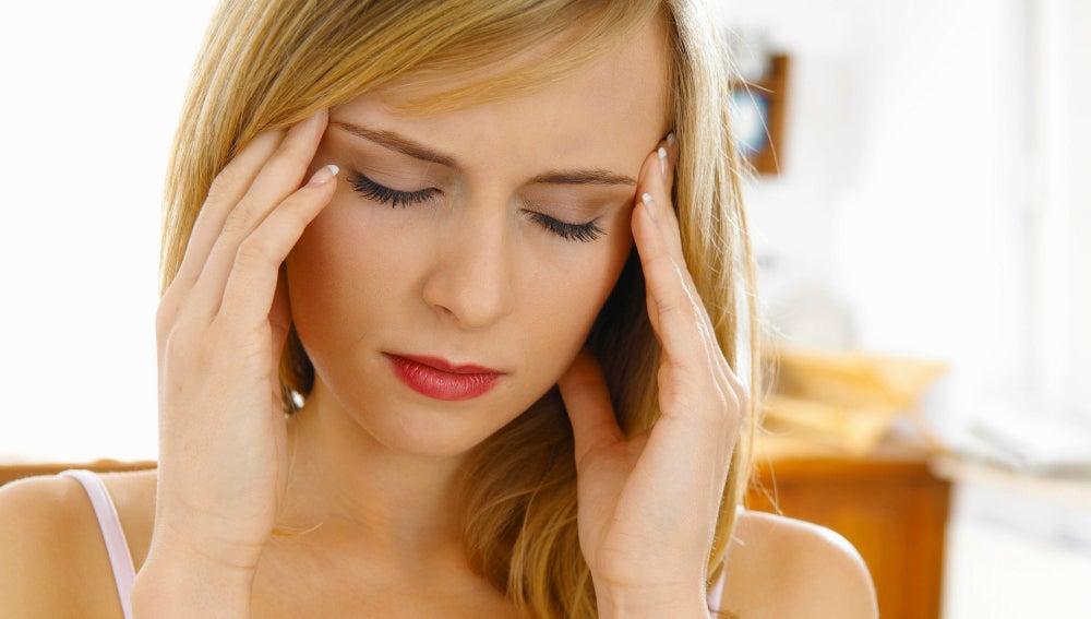 ¿Puede el cansancio causar dolores de cabeza detrás de los ojos?