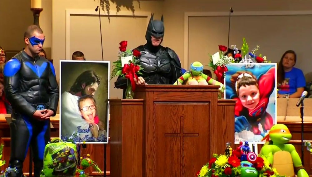 Frame 0.0 de: Despiden con un emotivo funeral de superhéroes a un niño de  6 años que falleció en un tiroteo en su colegio