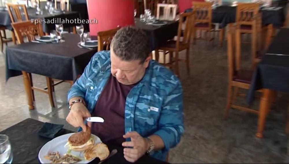 """Alberto Chicote prueba la """"puta mierda"""" de hamburguesa 'momia'"""