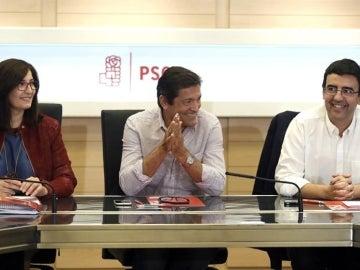 El presidente de la gestora del PSOE, Javier Fernández, durante la reunión mantenida en la sede del partido