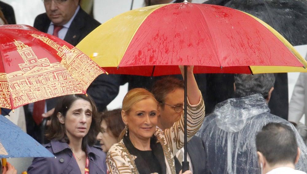 Cristina Cifuentes con un paraguas con la bandera de España
